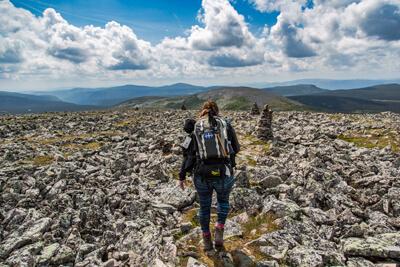 Une femmes portant des bottes de randonnée LOWA Renegade Mid GTX WS sur le sommet du Mont Jacques Cartier