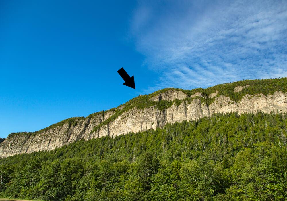 Une flèche pointant vers la tour d'observation au sommet du Cap-Bon-Ami dans le parc national de Forillon en Gaspésie, au Québec.