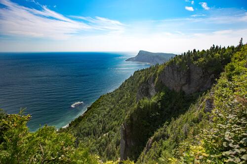 Un autre angle de la vue incroyable que vous avez en montant le sentier du Cap-Bon-Ami dans le parc national Forillon.