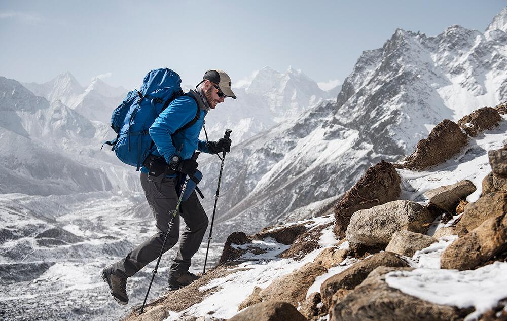 Emmanuel Daigle en randonnée au Népal avec ses bottes de trekking LOWA Camino GTX MID.