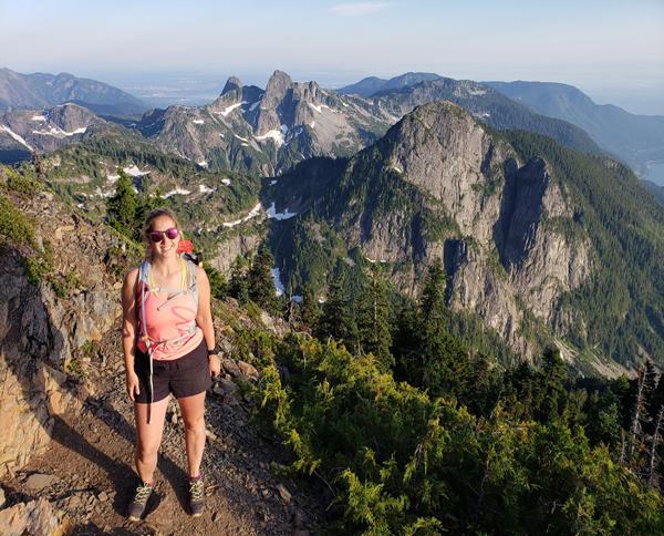 Kristine, créatrice de Hikes Near Vancouver, en randonnée en Colombie-Britannique avec ses chaussures de randonnée LOWA Renegade LO.