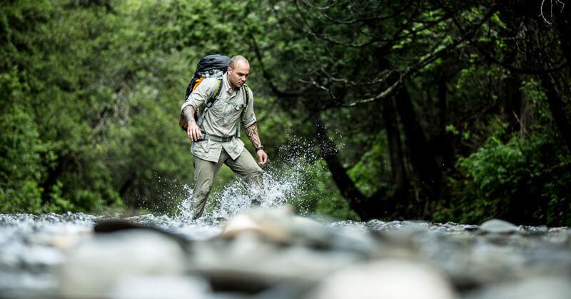 Keven Martel traversant une rivière lors d'une expédition