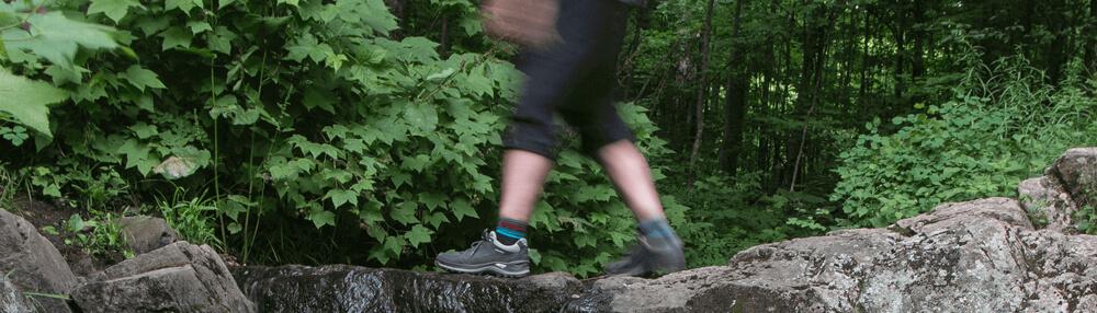 Dean Campbell portant sa chaussure LOWA Renegade en randonnée pédestre