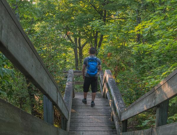 Dean Campbell en randonnée le sentier des Loups dans le parc de la Gatineau