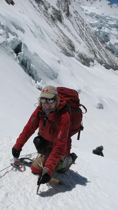L'alpiniste québecoise Monique Richard grimpant avec ses bottes alpines LOWA